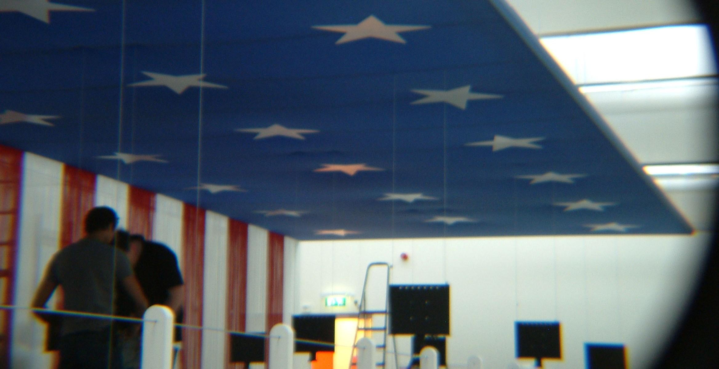 brandwerend flanel gespannen op kunstobjecten tijdens A. Warhol Exhibition Amsterdam